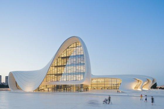 자하 하디드 건축사무소의 대표적인 곡선형 건축물, 헤이다르 알리예프 센터. [사진 Zaha Hadid Architects]