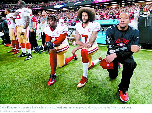 국가연주때 무릎꿇은 채로 있는 NFL 선수들. [AP통신]