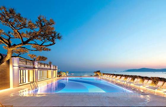 '가을 라운지 프로모션' 패키지는 프라이빗하고 럭셔리한 호텔형 힐링을 즐길 수 있는 상품이다. 사진은 야외 오션 스파 풀 야경. [사진·파라다이스호텔 부산]