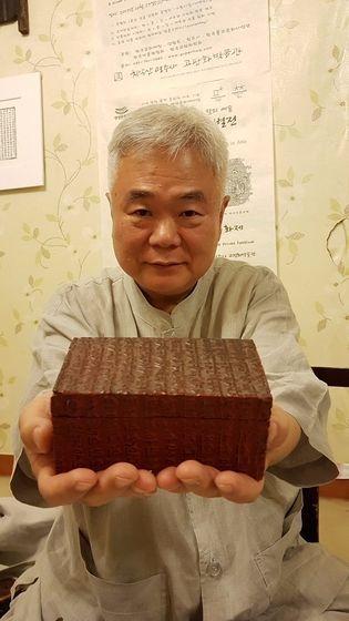 한선학 치악산 명주사 고판화박물관장이 한글소설 목판을 이용해 만든 일본식 보석함을 들고 있다. 박정호 기자