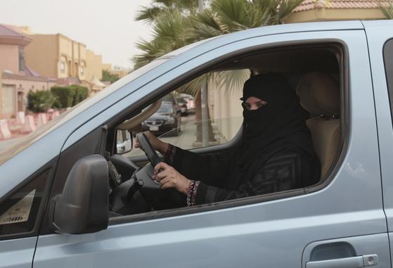 2014년 사우디아라비아 수도 리야드에서 '운전 시위' 중인 여성. 많은 사우디 여성들이 여성운전 금지 철폐를 위해 체포를 무릅쓰고 운전을 감행했다. [AP=연합뉴스]