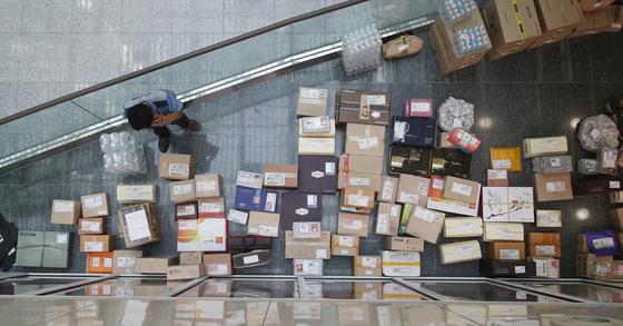 김영란법 1주년을 맞는 26일 국회의원회관 의원실로 전달된 추석 선물. [중앙포토]