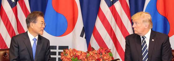 문재인 대통령이 21일 오전(현지시간) 미국 뉴욕 롯데 팰리스 호텔에서 도널드 트럼프 미국 대통령과 '한-미 정상회담'을 하고 있다.[연합뉴스]