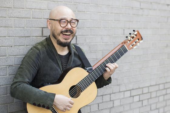 """서울 정동에서 만난 기타리스트 이병우는 """"어렸을 땐 홀로 기타를 치는 것이 무척 외로웠는데 시간이 갈수록 기타가 주는 아름다움이 더 커지는 것 같다""""고 말했다. [사진 PRM]"""