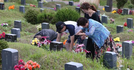 지난해 9월 추석 때 부산 금정구 영락공원에서 성묘객들이 조상의 묘를 찾아 성묘를 하고 있다. [중앙포토]
