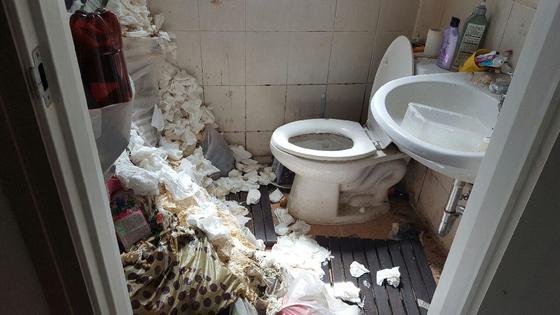 청소 전 화장실의 모습. [사진 주민센터]