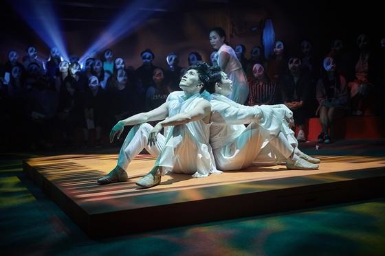 서울예술단 창작가무극 '꾿빠이, 이상'. 뒤에 보이는 가면 쓴 사람들이 관객이다. [사진 서울예술단]
