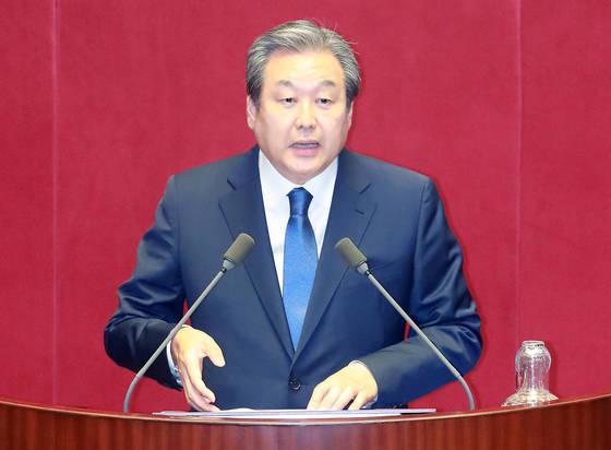 바른정당 김무성 의원이 11일 오후 열린 국회 본회의 대정부 질문에 참석해 발언하고 있다. [연합뉴스]