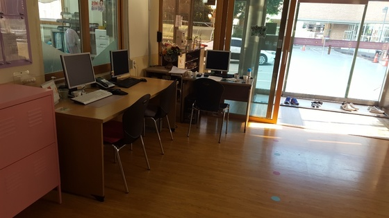 대구 한 복지재단 산하 아동복지시설에서 일부 직원들의 책상이 현관 앞 복도로 옮겨진 모습. [연합뉴스]
