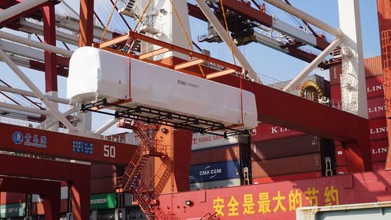 해외 수출을 위해 컨테이너선에 실리고 있는 중국중차가 생산한 전동차 [사진 CRRC]