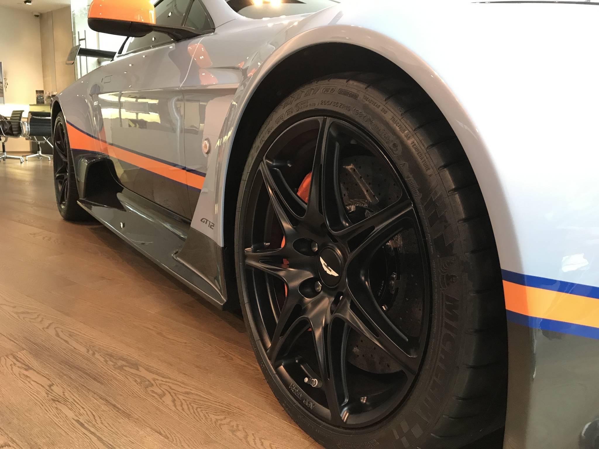 좁은 전시 공간에도 불구하고 자리를 차지하고 있는 밴티지 GT12. 전세계 100대 한정판매된 차량으로 출고 시작 이후 얼마 지나지 않아 완판 기록을 세웠다. 박상욱 기자