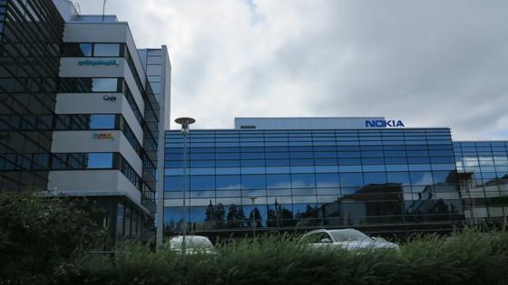 핀란드 헬싱키 에스푸의 노키아 본사 건물. 왼쪽 벽으로 입주한 벤처기업 기업 간판이 보인다. [사진 정경민 기자]