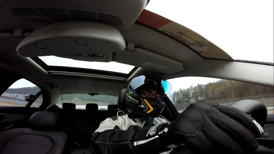 아무런 튜닝을 하지 않은 2000cc 승용차로도 운전자는 1.3G 안팎의 중력가속도를 경험할 수 있다.