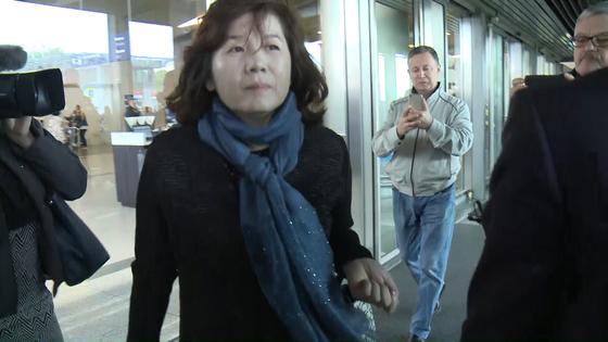 """최선희 북한 미국국장이 26일 모스크바 브누코보 공항에 도착해 청사를 빠져 나오고 있다. 그는 구체적인 안건은 밝히지 않은 채 """"(러시아와)협상사러 왔다""""고 말했다.[사진=연합뉴스]"""