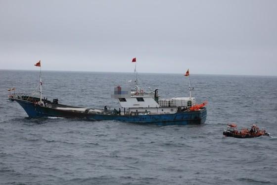 26일 제주 수역에서 불법조업을 벌인 중국어선을 향해 서귀포해경 해상특수기동대 고속단정이 접근하고 있다. [사진 서귀포해경]