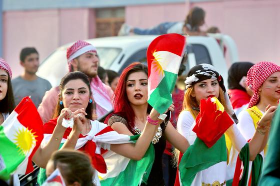 25일 시리아 동북부 카미실리에서 쿠르드족 여성들이 쿠르디스탄 독립 투표를 지지하기 위해 쿠르디스탄 국기를 흔들고 있다. [카미실리 AFP=연합뉴스]