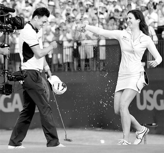 남녀 US오픈이 같은 곳에서 열린 2014년, 산드라 갈(오른쪽)이 마르틴 카이머의 우승을 축하하고 있다. 당시 남자 코스가 912야드 더 길었다. [중앙포토]