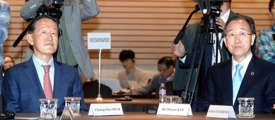 """반기문 전 유엔 사무총장이 26일 전경련회관에서 열린 '북핵 문제, 어떻게 풀어야 하나' 대담에서 현재 한반도 상황을 """"6·25 전쟁 이래 가장 위험한 순간""""이라고 말했다. 왼쪽은 허창수 전경련 회장. [뉴시스]"""