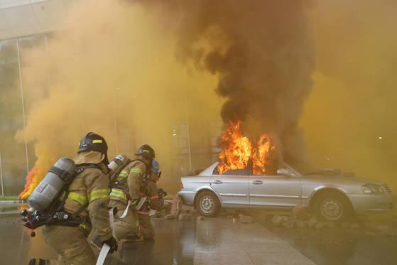 8월 23일 서울 강남구 SRT 수서역에서 장사정 포격 등을 가상한 비상 대응 훈련에서 소방대원 등이 차량 화재 진압을 하고 있다. [연합뉴스]