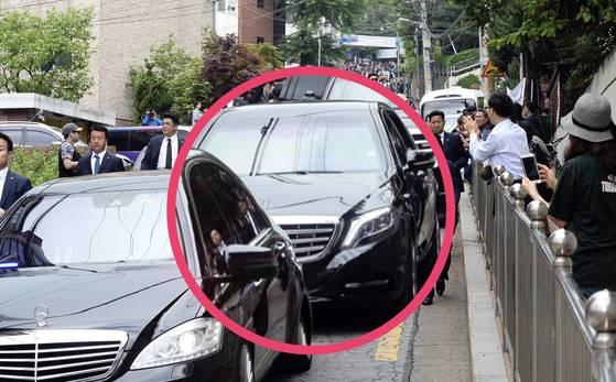 10일 오전, 문재인 대통령이 메르세데스 마이바흐 S600 가드 의전차량(동그라미 안)을 타고 서울 홍은동 자택을 떠나 국립서울현충원으로 향하고 있다.