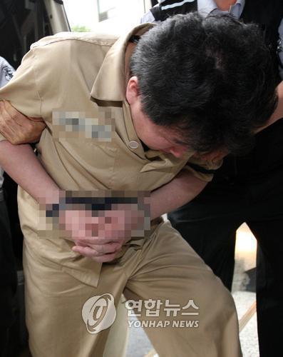 안양 초등생 2명을 살해한 뒤 시신을 훼손, 유기한 혐의로 사형을 선고받은 정성현이 2008년 법정으로 향하는 모습. [연합뉴스]