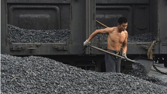 중국이 지난 8월 수입이 전면 금지된 북한산 석탄 160만t을 수입한 것으로 밝혀졌다. [사진=SCMP]