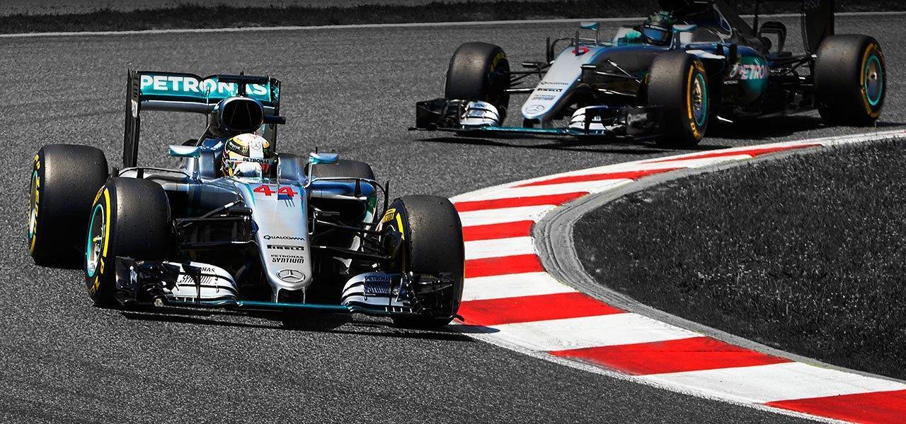 서킷의 포장면. 위아래 경사뿐 아니라 좌우 기울기가 얽힌 3차원의 공간이다. 사진 : Mercedes AMG Petronas Formula 1 홈페이지