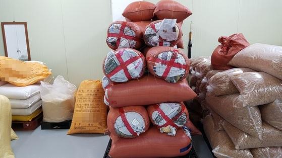 경기도내 한 한과제조업체가 중국산 쌀을 국내산으로 속여 제품을 생산하다 적발됐다. [경기도 특사경]