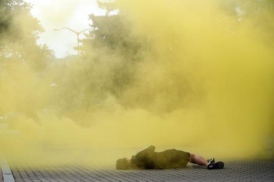 적의 화학탄 공격에 대비한 민·관·군·경·소방 통합 방위훈련 이 27일 오후 서울 상암동 서울월드컵경기장 주차장에서 열렸다. 본격적인 훈련에 앞서 가상의 적으로부터 화학탄 공격을 받는 장면이 연출됐다. 박종근 기자