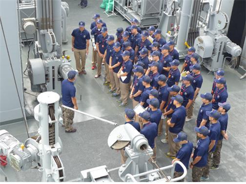 세종대 국방시스템공학과 4학년 학생들이 해군사관생도들과 함정 무기 체계 등에 대한 교육을 받고 있다.