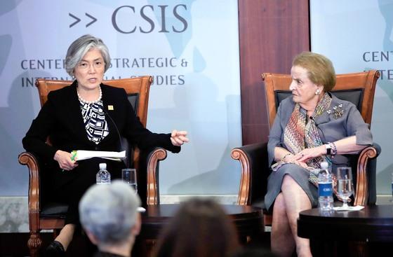 강경화 외교부 장관(왼쪽)이 25일(현지시간) 미국 워싱턴에서 열린 CSIS 주최 포럼에서 매들린 올브라이트 전 미 국무장관과 토론하고 있다. [AP=연합뉴스]