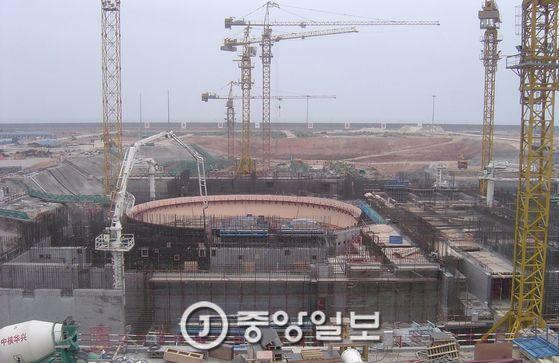 중국은 2030년까지 원전 100여기를 운영할 예정이다. 사진은 한국수력원자력이 기술자문을 하는 광둥성 링아오 원전 건설현장. [중앙포토]