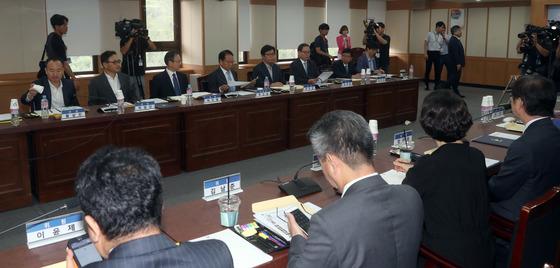 정부 과천청사에서 지난달 9일 발족한 법무·검찰 개혁위원회가 첫 회의를 하는 모습. 강정현 기자