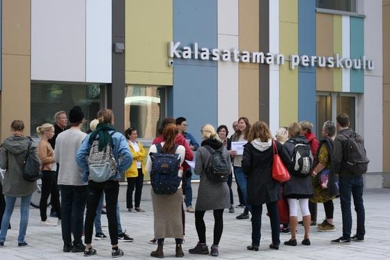 칼라사타마의 입주민 회의 모습. 뒤에 보이는 건물은 초등학교다.                [헬싱키시]