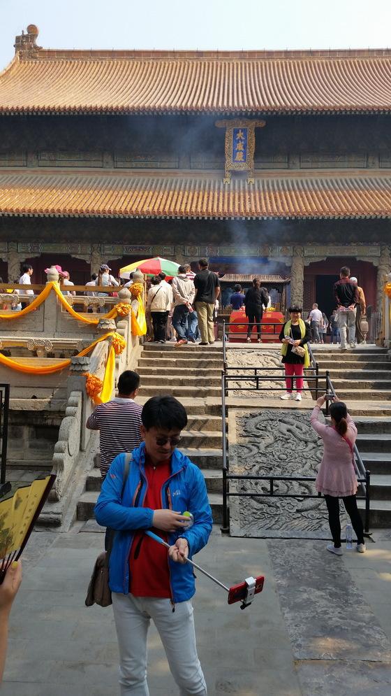 중국 취푸의 대성전. 공묘 대성전은 9개의 문을 지나야 도달하는 거대한 규모다. 황금빛 기와를 올린 것만 봐도 공자의 위상이 짐작이 된다. 다만 경건한 분위기는 없다.