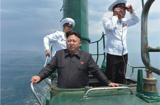 2014년 6월 동해함대사령부를 찾은 김정은이 예하 잠수함 부대 해군 제167군부대 소속 잠수함에 올라 훈련을 지휘하는 모습. [사진 노동신문]