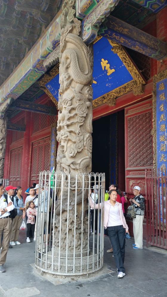 대성전 앞 석조 기둥. 용 조각이 정말 생생하다. 중국에서 용은 황제의 상징이다. 공묘의 관리자들은 황제가 방문하기 전 이 기둥들을 천으로 가렸다고 한다.