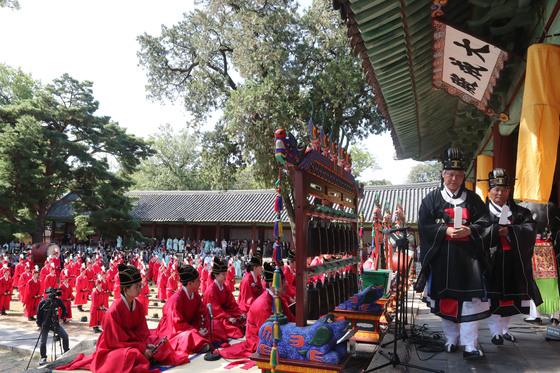 28일 가을 석전 및 공자 탄강 2568주년 기념식이 열린 서울 성균관 대성전 뜰. 헌관들이 대성전에서 걸어나오고 있다.