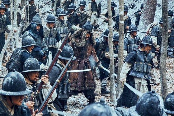 영화 '남한산성'의 한 장면. 병자호란 당시 조선군의 수난을 실감나게 그렸다. [사진 CJ 엔터테인먼트]