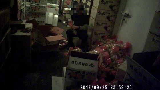 서울시 민생사법경찰 수사관이 몰래카메라가 장착된 안경을 쓰고 촬영한 영상을 캡처했다. '박스갈이'를 하는 것으로 의심됐으나 확인 결과 아니었다. [사진 서울시]