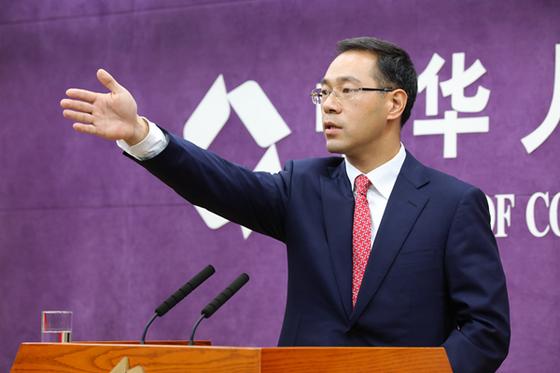 """가오펑(高峰) 중국 상무부 대변인이 28일 정례 브리핑에서 """"중국은 안보리 대북 결의를 전면적이고 완전하게 집행하고 있다""""며 북한산 석탄 수입 조치를 해명하고 있다. [사진=중국 상무부]"""