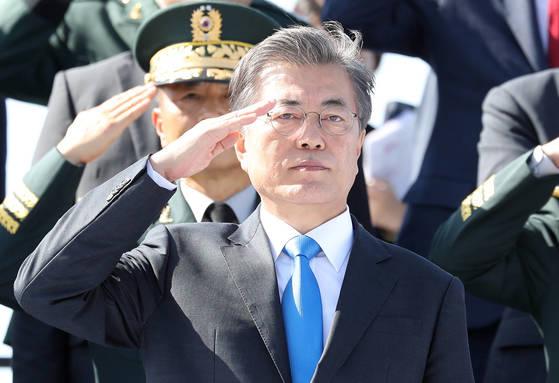 문재인 대통령이 28일 오전 경기도 평택 해군 2함대에서 열린 건군 69주년 국군의날 기념식에서 경례를 받고 있다. [연합뉴스]