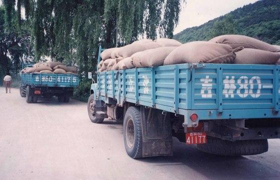 북한으로 수출하기 위해 옥수수를 실은 트럭이 중국 동북 3성의 두만강 인근에서 대기하고 있다.[중앙포토]