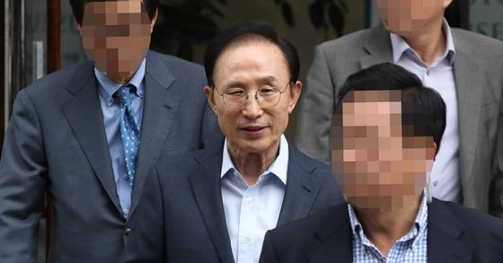 이명박 전 대통령이 27일 오후 서울 강남구 사무실을 나서고 있다. [연합뉴스]