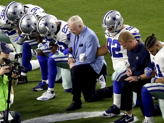 25일 열린 경기에서 선수들과 함께 무릎을 꿇은 NFL 댈러스 카우보이의 구단주 제리 존스(가운데). 그러나 댈러스 선수들은 국가가 연주되기 전에 무릎을 꿇었다. [AP=연합뉴스]