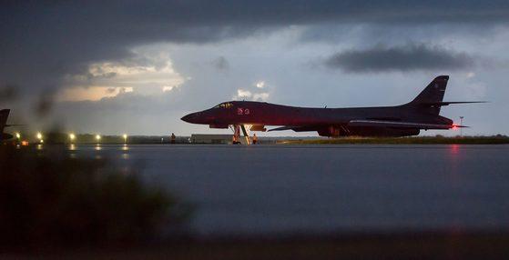 미 공군 B-1B 전략 폭격기가 지난 23일 밤 괌 앤더슨 공군기지에서 북한 동해상 출격을 앞두고 대기하고 있다. [미 태평양사령부]