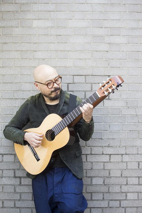 """이병우는 """"기타를 연주할 때도 항상 논리성을 유지하기 위해 노력한다""""고 말했다. [사진 PRM]"""