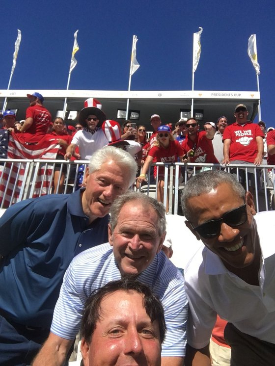 29일 프레지던츠컵에서 빌 클린턴-조지 W.부시-버락 오바마 전 대통령(위 왼쪽부터)과 셀카를 찍은 필 미켈슨(아래). [필 미켈슨 트위터]