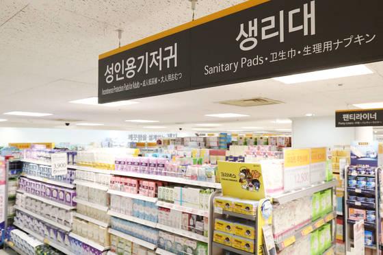 서울의 한 대형마트 생리대 판매대의 모습.[연합뉴스]
