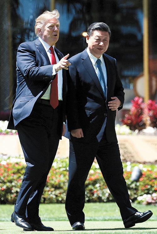 도널드 트럼프 미국 대통령(왼쪽)과 시진핑 중국 국가주석이 지난 4월 7일(현지시간) 팜비치 마라라고에서 함께 산책하고 있다. [AP=뉴시스]